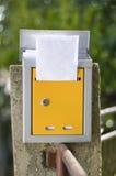 打开与信件的邮箱射击与低景深 免版税库存图片
