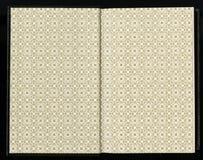 打开与几何装饰品的书夹老古色古香的葡萄酒书您的文本的一个空白的标签 免版税库存图片