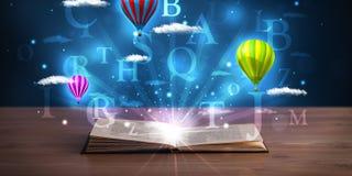 打开与发光的幻想抽象云彩和气球的书 免版税图库摄影