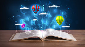 打开与发光的幻想抽象云彩和气球的书 库存照片