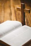 打开与后边耶稣受难象象的圣经 免版税库存图片