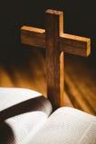 打开与后边耶稣受难象象的圣经 免版税库存照片