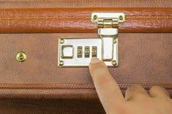打开与安全代码的手提箱棕色金子 免版税库存照片