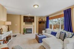 打开与客厅内部的晴朗的空间 免版税库存图片