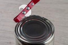 打开与开罐头用具的锡罐 免版税库存照片