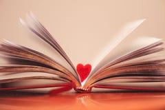 打开与心脏的书 免版税库存照片