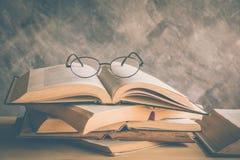 打开与放大镜的书在书架 库存照片