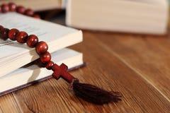 打开与木十字架的圣经在中部 基督徒概念 免版税库存照片