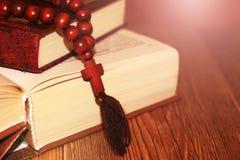 打开与木十字架的圣经在中部 基督徒概念 库存图片