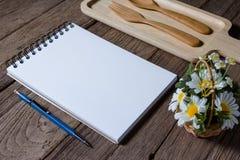 打开与木盘子的笔记本在书桌上 图库摄影