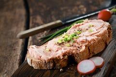 打开与熏制的teewurst的黑麦三明治 库存图片