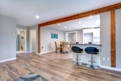 打开与硬木地板的概念家庭内部 库存图片