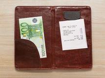 打开与票据和欧元的检查文件夹 免版税库存照片