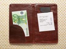 打开与票据和欧元的检查文件夹 免版税图库摄影