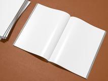 打开与空白的白页大模型的杂志封面在皮革基体 免版税库存图片