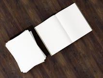 打开与空白的白页大模型的杂志封面在葡萄酒木基体 库存图片