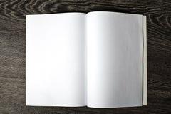 打开与空白页的杂志 免版税库存图片