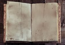打开与老空的页的书并且复制在巫婆桌上的空间,顶视图 库存图片