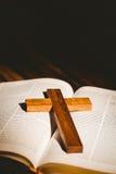 打开与耶稣受难象象的圣经 图库摄影