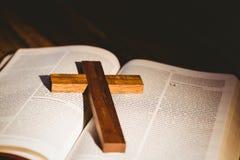 打开与耶稣受难象象的圣经 免版税图库摄影