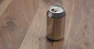 打开与苏打饮料的铝罐在木桌上 免版税库存照片