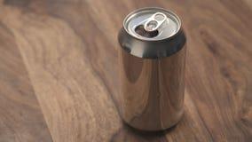 打开与苏打饮料的铝罐在木桌上 图库摄影