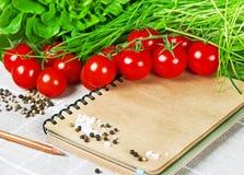 打开与菜的食谱书。健康食物 库存图片