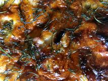 打开与被烘烤的乳酪外壳特写镜头的饼 热的酥皮点心薄饼洒与草本 库存图片