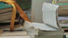 打开与被翻转的页的书 股票录像