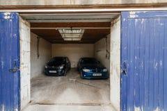 打开与里面两辆汽车的车库门 免版税库存图片