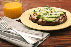 打开与金枪鱼的鲕梨三明治在整个五谷面包 免版税图库摄影