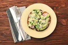 打开与金枪鱼的鲕梨三明治在整个五谷面包 库存照片