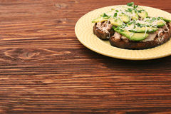 打开与金枪鱼的鲕梨三明治在整个五谷面包 免版税库存照片