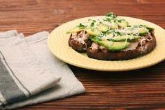 打开与金枪鱼的鲕梨三明治在整个五谷面包 库存图片