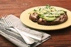 打开与金枪鱼的鲕梨三明治在整个五谷面包 图库摄影