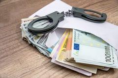 打开与金钱的信封 ccorruption 免版税库存照片