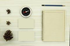 打开与铅笔和指南针的空白的日志 免版税库存图片