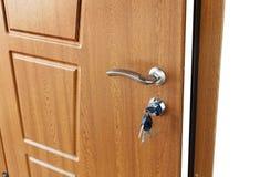 打开与锁的棕色木门把手 库存图片