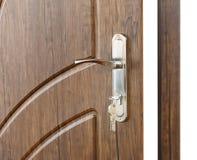 打开与锁的棕色木门把手 库存照片
