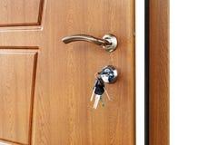 打开与锁的棕色木门把手 免版税库存图片