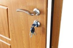 打开与锁的棕色木门把手 免版税图库摄影