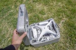 打开与quadrocopters DJI幽灵4的案件 库存图片