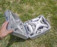 打开与quadrocopters DJI幽灵4的案件 免版税库存图片