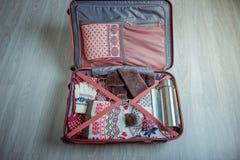 打开为旅行包装的手提箱 冬天假期和假日 顶视图 免版税库存照片