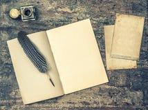 打开书、古色古香的文字工具羽毛笔和墨水池 Vintag 免版税库存照片