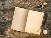 打开书古色古香的办公用品木背景葡萄酒 库存照片