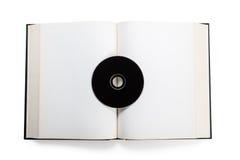 打开书和光盘 库存照片