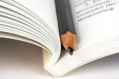 打开书和铅笔 免版税库存照片