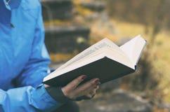 打开书在女孩特写镜头的手上 免版税图库摄影