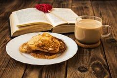 打开书多士和咖啡 免版税库存照片